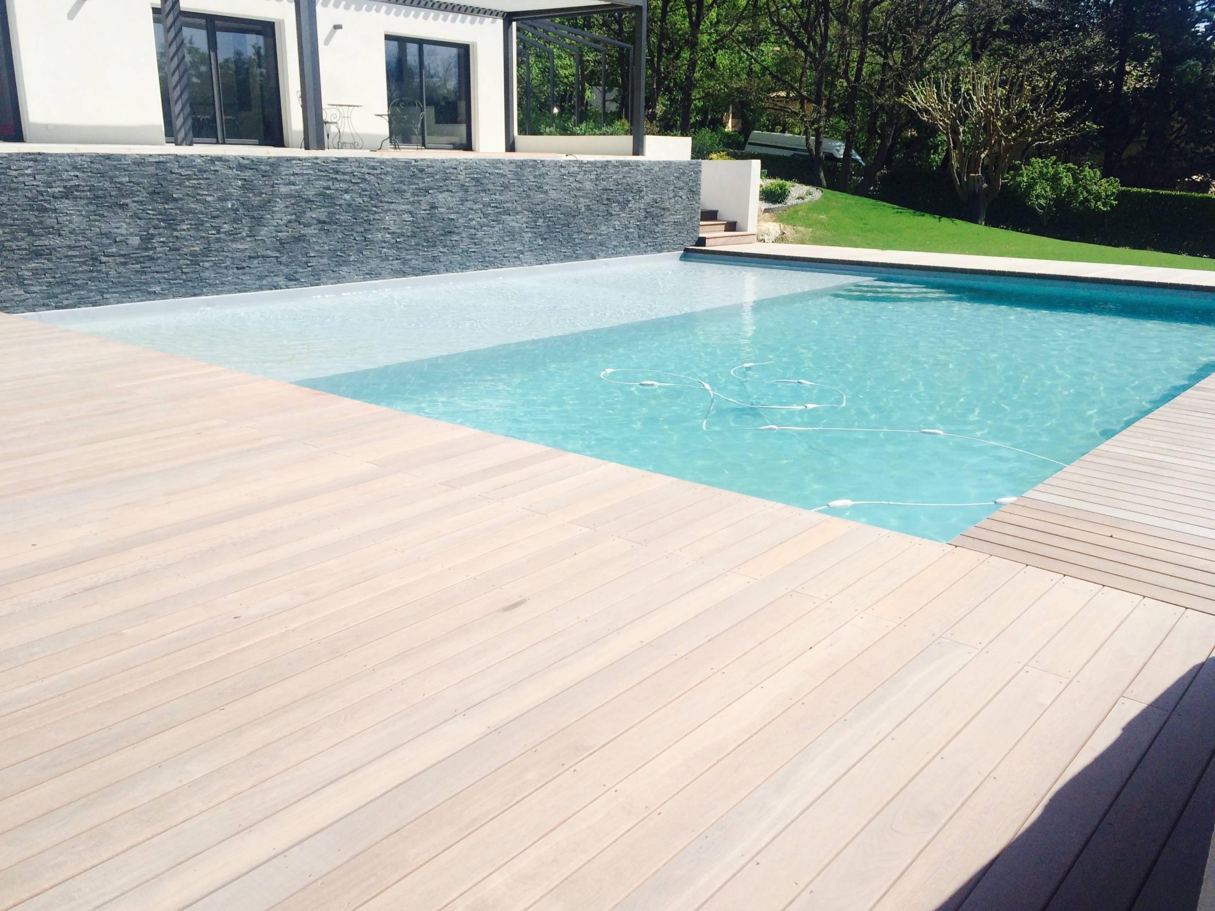 Plage bois exotique pour piscine eguilles am nagement de for Bois exotique piscine