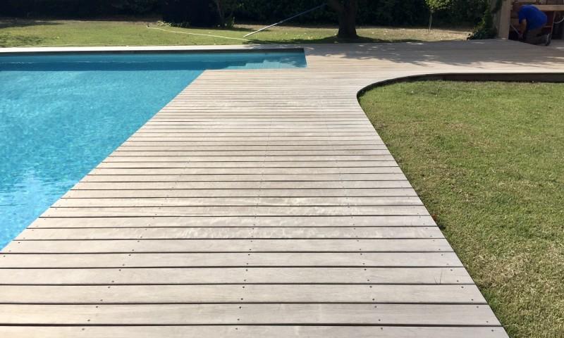 Tour de piscine en bois eguilles teck amenagement - Amenagement piscine bois aixen provence ...